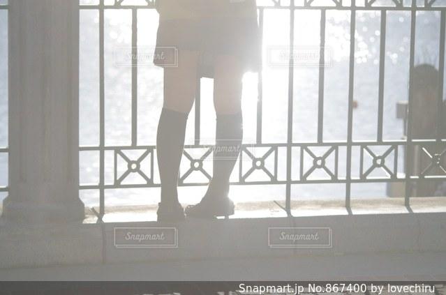 ウィンドウの前に立っている女性の写真・画像素材[867400]