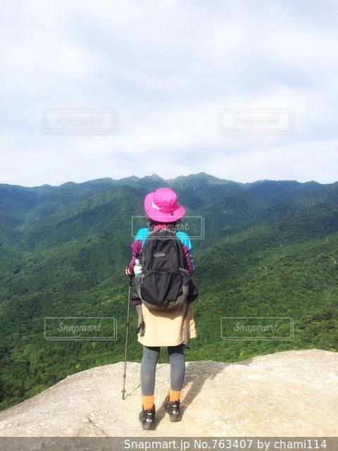 山の前に立っている人の写真・画像素材[763407]