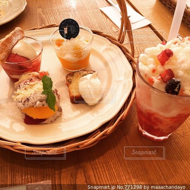 木製のテーブルの上に食べ物のプレートの写真・画像素材[771298]
