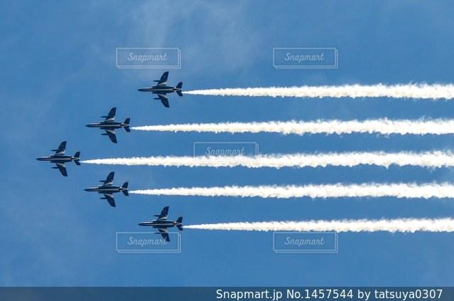 青い空を飛んでいるジェット戦闘機の写真・画像素材[1457544]