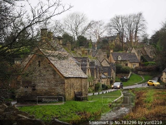 芝生の面積の小さな家の写真・画像素材[783296]