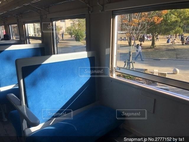 大きな窓の眺めの写真・画像素材[2777152]