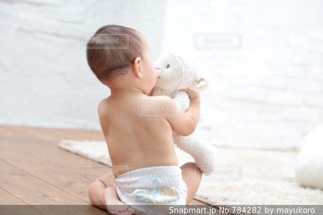 ぬいぐるみとキスする赤ちゃんの写真・画像素材[784282]