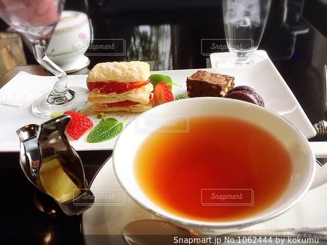 午後のおやつは紅茶とスイーツの写真・画像素材[1062444]