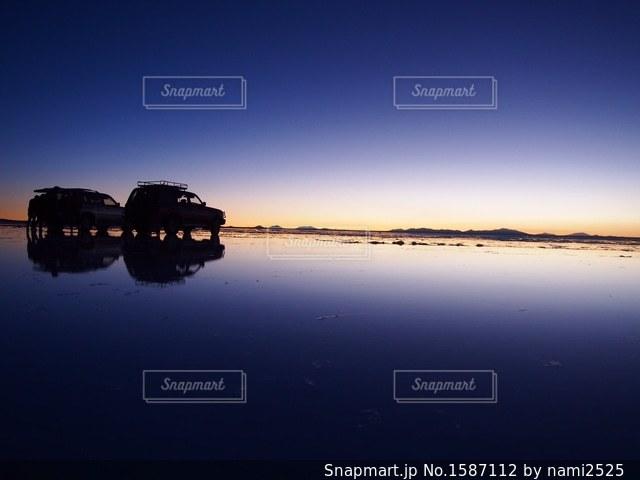 水の体に沈む夕日の写真・画像素材[1587112]