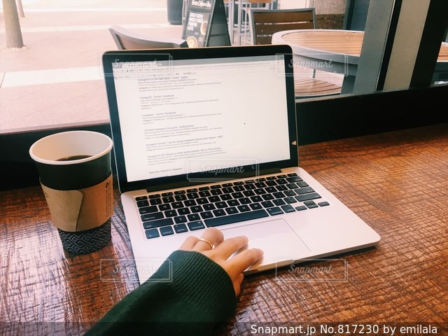 カフェでノマドする女性 - No.817230
