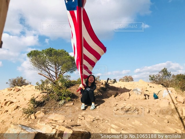 旗の真ん中に凧の飛行人の写真・画像素材[1065188]