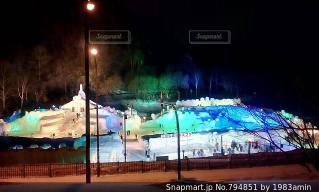 夜のライトアップされた街の写真・画像素材[794851]