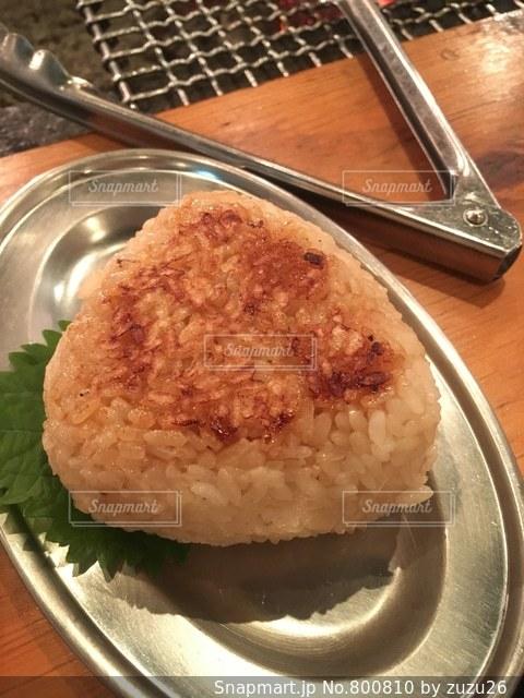 板の上に食べ物のパンの写真・画像素材[800810]