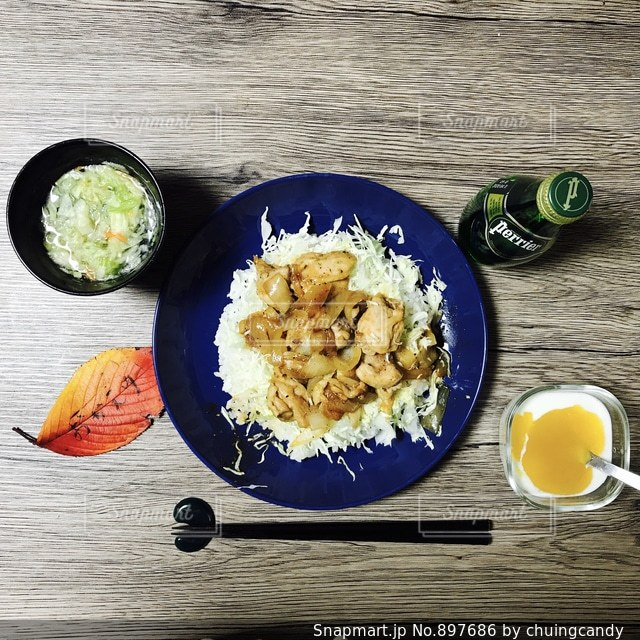 食料や水のプレートの写真・画像素材[897686]
