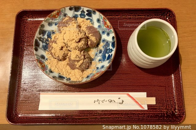 テーブルの上のコーヒー カップの写真・画像素材[1078582]