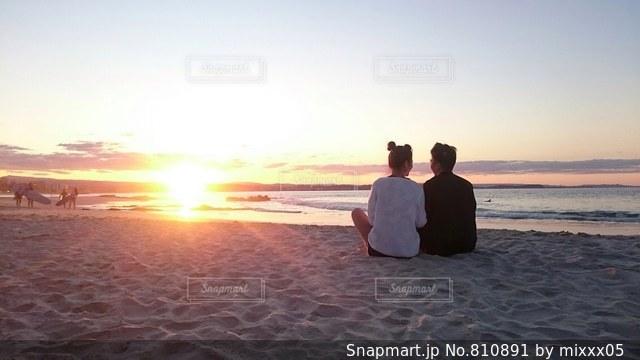 砂浜の上に立っている人の写真・画像素材[810891]