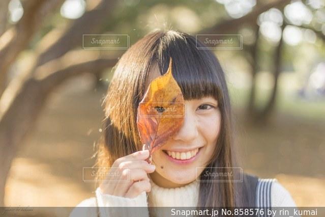 落ち葉と笑顔の写真・画像素材[858576]