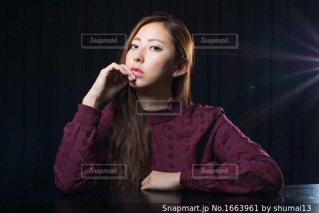 長い髪の美しい若い女性の写真・画像素材[1663961]