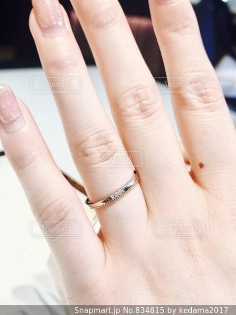 女性の手と結婚指輪の写真・画像素材[834815]