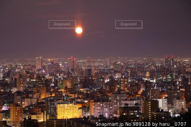 夜の街の景色の写真・画像素材[989128]