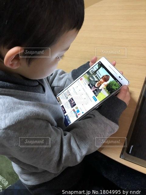動画を見る男の子の写真・画像素材[1804995]