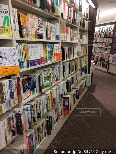 本棚は本でいっぱいの写真・画像素材[847192]