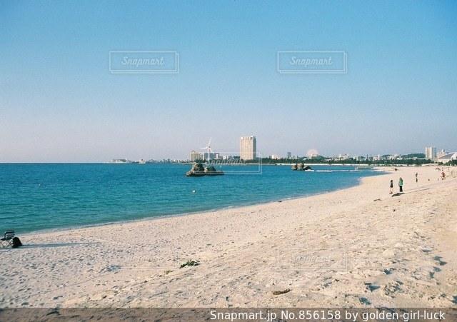水の体の横にある砂浜のビーチの写真・画像素材[856158]