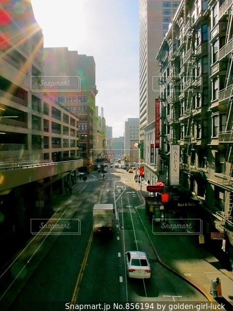 大量のトラフィックでいっぱいの都市通りの写真・画像素材[856194]