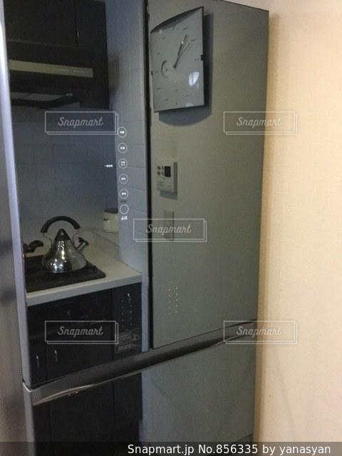 ミラーガラス冷蔵庫にモダンキッチンの写真・画像素材[856335]