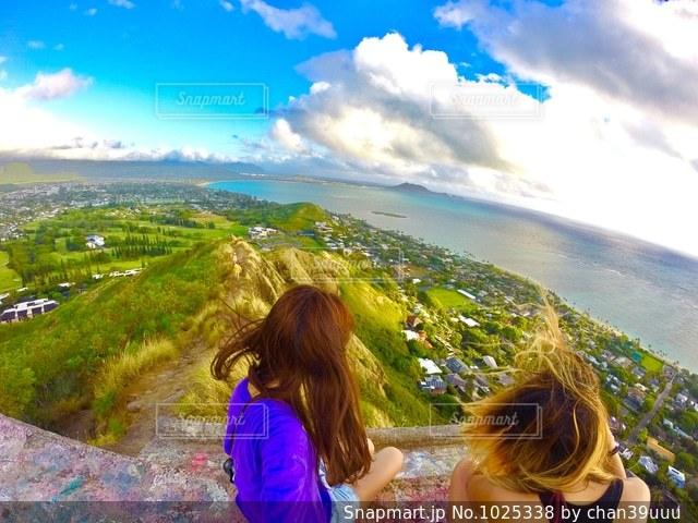 山の前に立っている女の子の写真・画像素材[1025338]