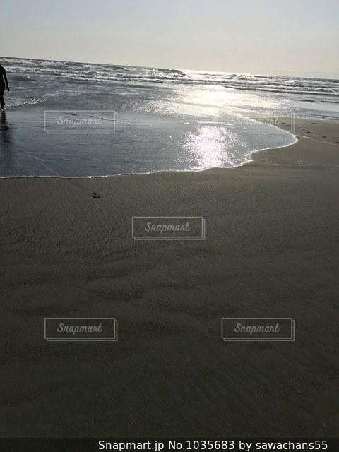 海の横にある砂浜のビーチの写真・画像素材[1035683]