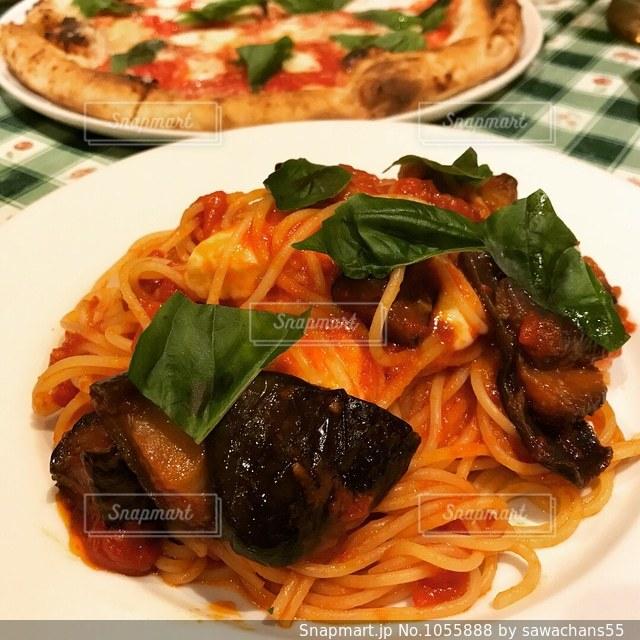 食品のさまざまな種類をのせた白いプレートにピザの写真・画像素材[1055888]