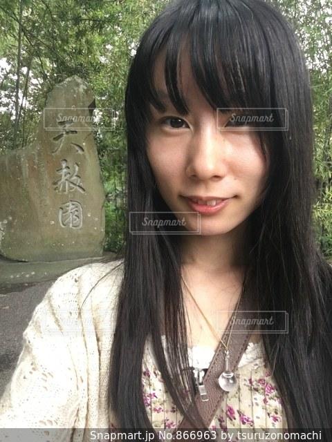 天赦園の石碑と記念撮影する女性 - No.866963