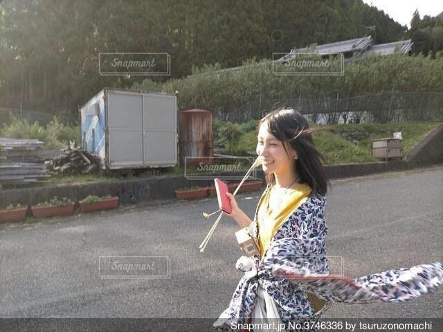 ススキを手に笑顔で走り抜ける着物姿の女性の写真・画像素材[3746336]