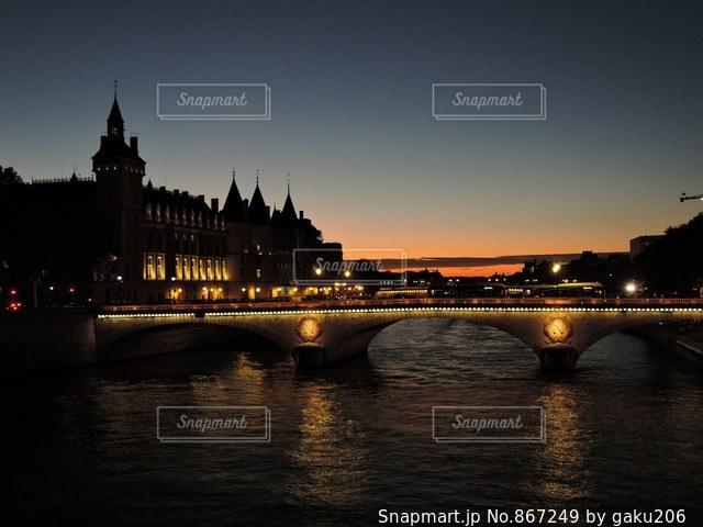 ノートルダム橋から見た夕焼けの写真・画像素材[867249]