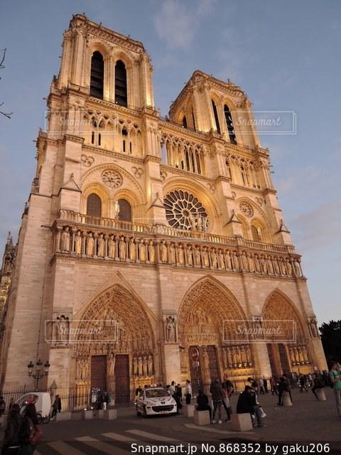 夕刻のノートルダム大聖堂の写真・画像素材[868352]
