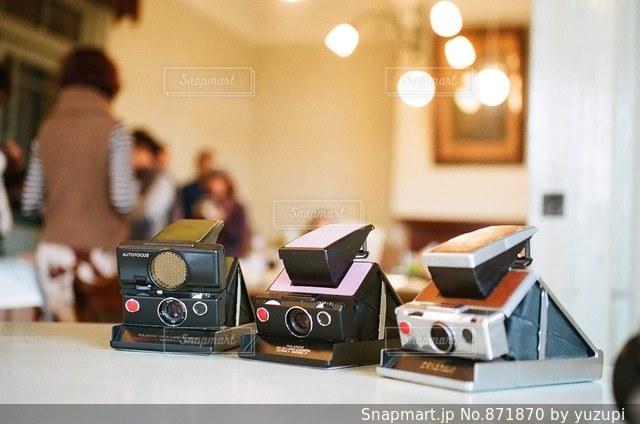 テーブルの上のカメラの写真・画像素材[871870]
