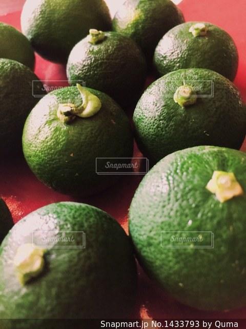 オレンジ色と緑色の果実のグループの写真・画像素材[1433793]