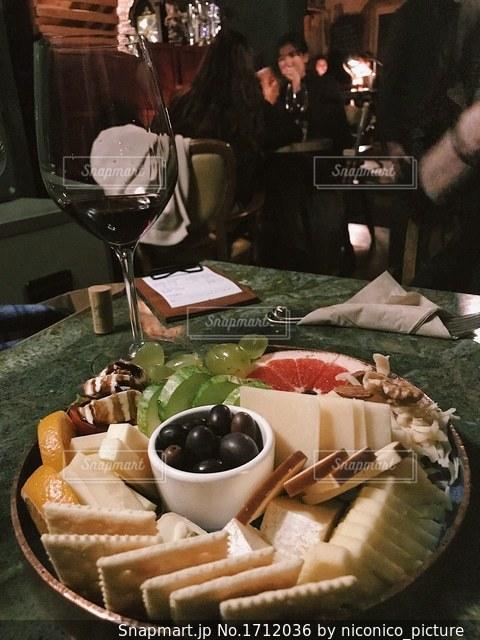 テーブルの上に食べ物のプレートの写真・画像素材[1712036]