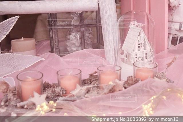 テーブルの上のピンクのキャンドルの写真・画像素材[1036892]