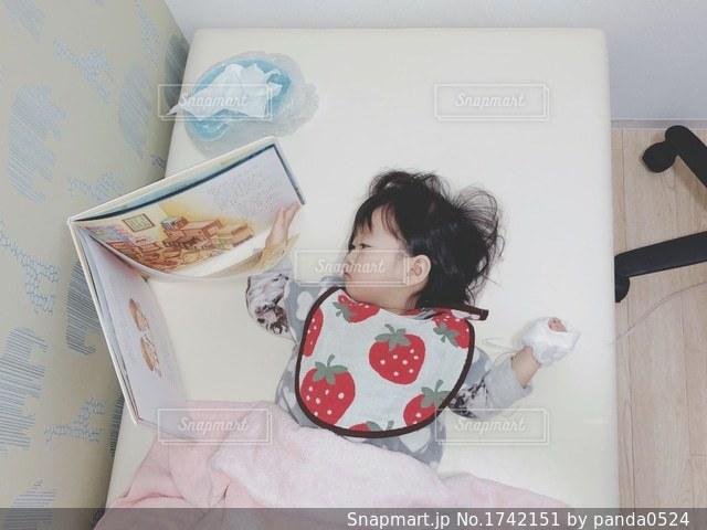 ベッドの上で横になっている人の写真・画像素材[1742151]
