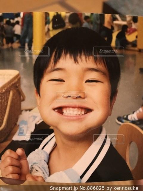食べてて笑顔な男の子の写真・画像素材[886825]