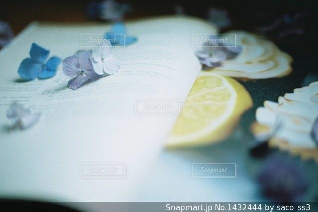 近くにケーキのアップの写真・画像素材[1432444]