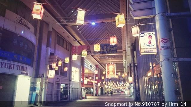 夜の店の前の写真・画像素材[910787]