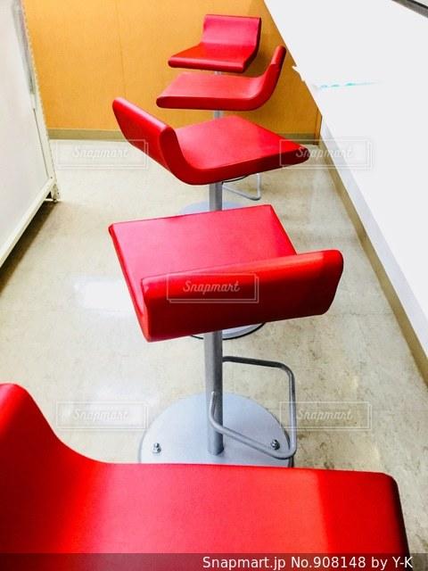 赤い椅子の写真・画像素材[908148]