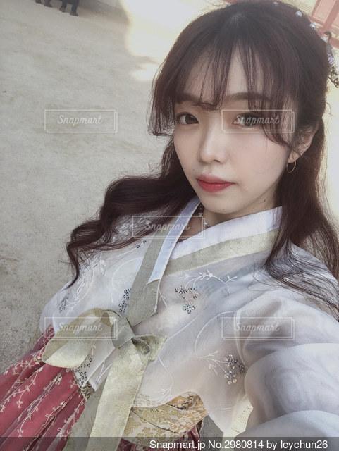 白いシャツを着た女性の写真・画像素材[2980814]