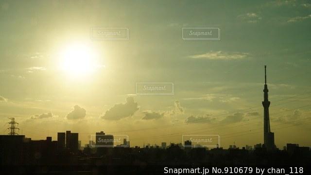 夕暮れ時の都市の景色の写真・画像素材[910679]