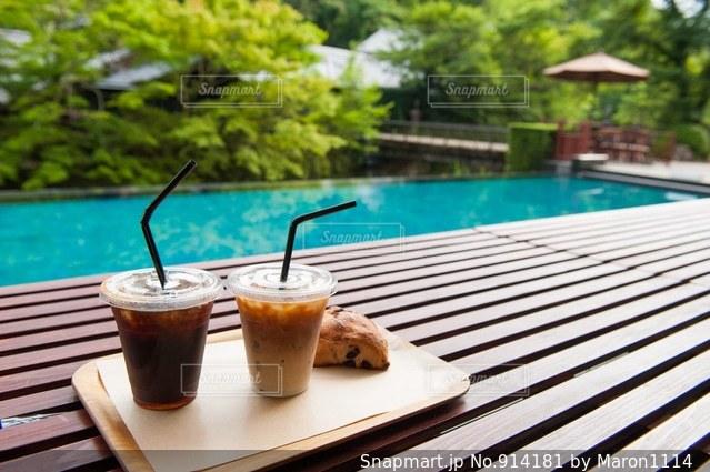 木製テーブルの上のコーヒー カップの写真・画像素材[914181]