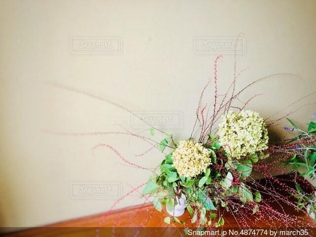 テーブルの上に花の花瓶の写真・画像素材[4874774]