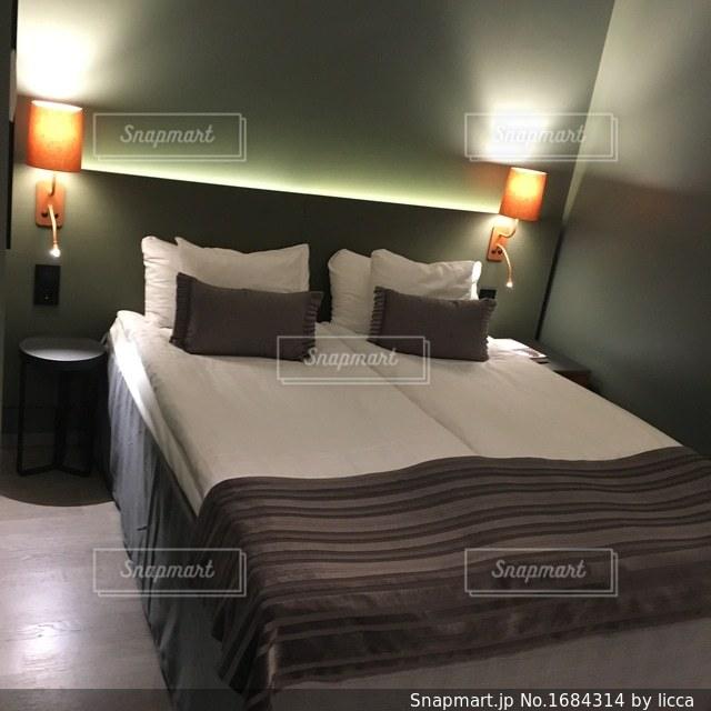 ホテルの部屋でベッド付きのベッドルームの写真・画像素材[1684314]