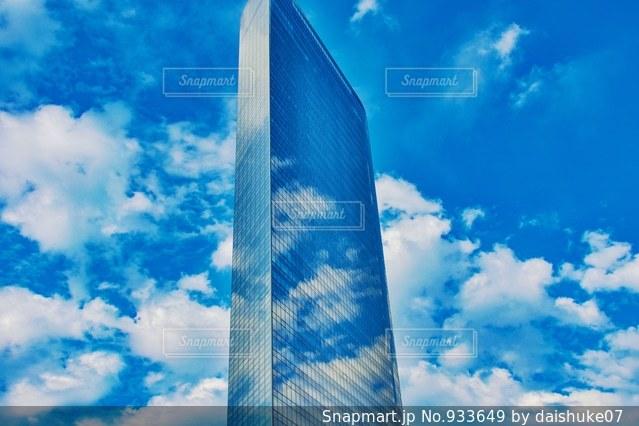 空と一体化するビルの写真・画像素材[933649]
