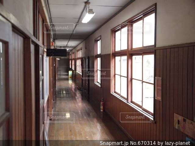 古い校舎の廊下の写真・画像素材[670314]