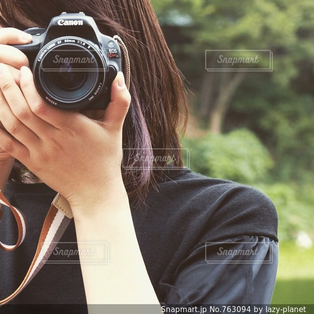 カメラを構えたカメラ女子の写真・画像素材[763094]