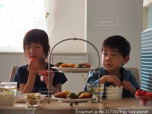 おやつを食べる子どもたちの写真・画像素材[1171829]